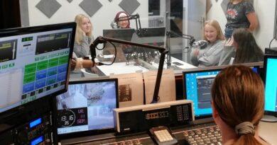 Leerlingen Gemini College bij Radio Ridderkerk