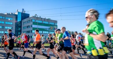 Rotterdamse aanvoerders juichen marathonlopers toe vanaf dakterras